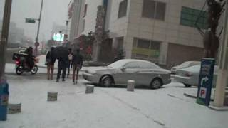 Snowy Suwon Street plus Slippery Feet .wmv