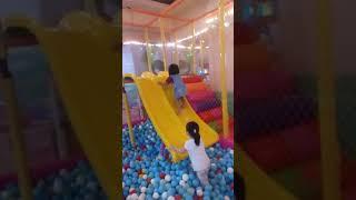 Mandi bola shaqila di mall taman palm