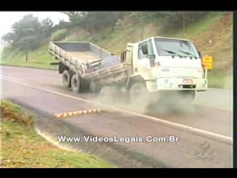 Acidente ao vivo Caminhão se quebra ao meio durante reportagem