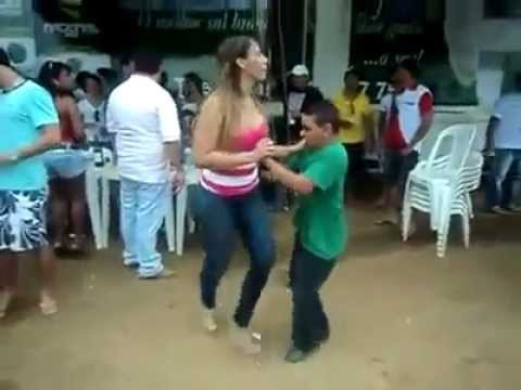 Baixinho dando show de dança com a gostosa