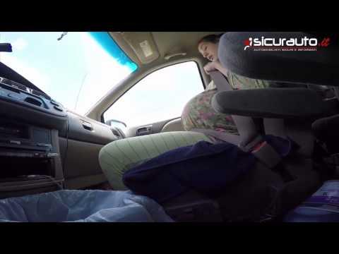 Donna portorisce in auto mentre il marito continua a guidare
