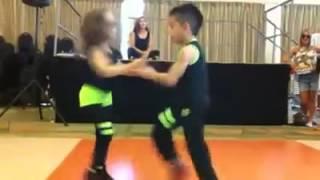 Crianças arrasam dançando lambada