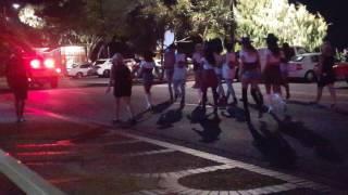 호주 자동차 경기 전야전 젉은이 들이 치를 가지고 거리 야간에 퍼레이드 걸어서 세계슥으로