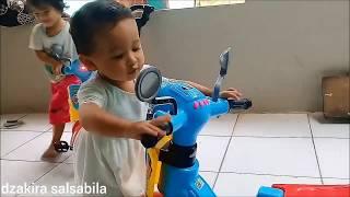 Duet Motor Scooter Anak Nyanyi Lagu Bong Bong Song