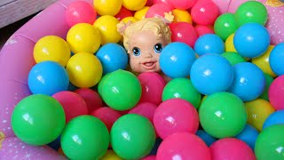 Baby alive na piscina de bolinhas das princesas!