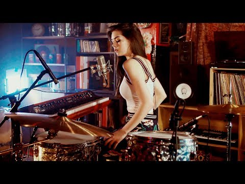 Download Lagu Foo Fighters Meets 70's Bobby Caldwell - Live Looping Mashup by Elise Trouw MP3
