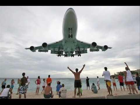 Aterrizaje de un B 747 en la Isla de San Martin mar caribe
