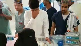 مشهد مؤثر لوالدي التوأم السيامي السعودي إلين وإيلان بعد نجاح عملية الفصل .