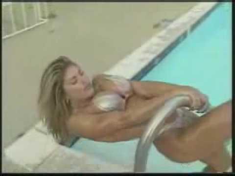 loira linda na piscina