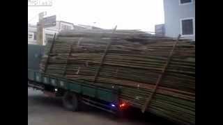 أغرب طريقة لتفريغ شاحنة في دقيقتين