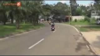 Video Lucu Cewek Cantik Lagi Mabok Mengendarai Motor