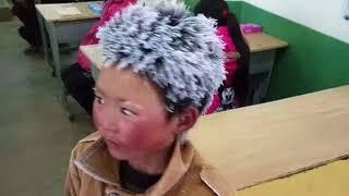 8 Yaşındaki Çocuk Okula Saçları Donmuş Halde Geldi. Öğretmeni Nedenini Anlayınca Harekete Geçti