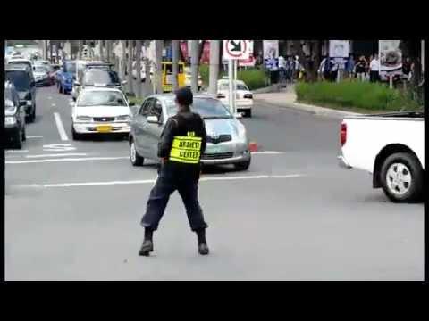 policia bailando como michael jackson