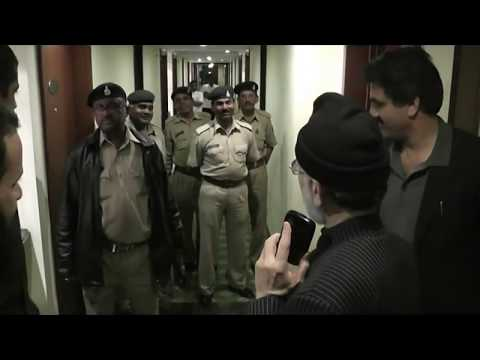 ARRIVING AT BARODA HOTEL POLICE ESCORTING-TAHIR UL QADRI'S INDIA TOUR 2012