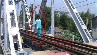 Tegang Melihat Aksi Nekat 2 Bocah Menantang Maut di Jembatan Kereta Api
