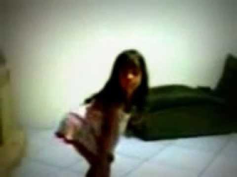 Lívia dançando menina má
