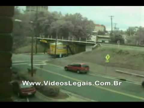 Motoristas apressados arrebentam caminhões em ponte