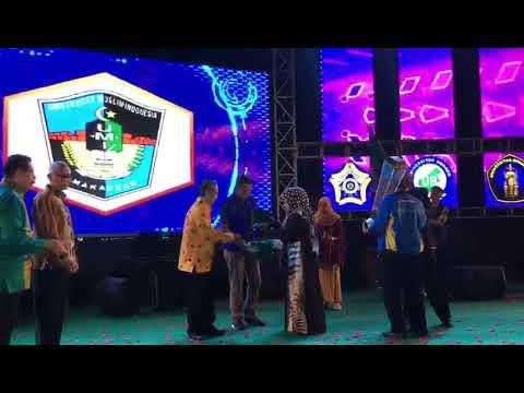 Xxx Mp4 Rektor UMI Serahkan Piala Kepada Juara Umum PIMNAS XXX 3gp Sex