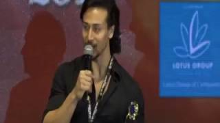 """Tiger Shroff Does His Stunt From """"Baaghi"""" At Lions Gold Awards 2017 
