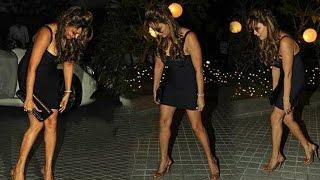 Shahrukh Khan Wife Gauri Khan Struggles With Her Dress