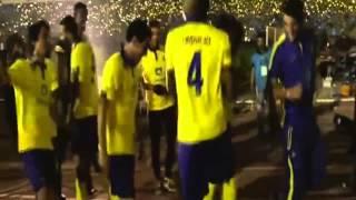 رقصة البطريق من لاعبي النصر في حفل التتويج بلقب الدوري