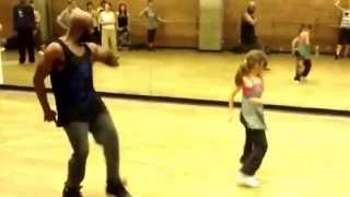 Increible como baila esta niña de 10 años con su profesor