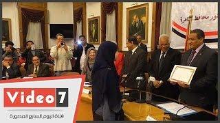 بالفيديو..طالبة ترفض مصافحة محافظ القاهرة أثناء تكريمها بالمسابقة الدينية