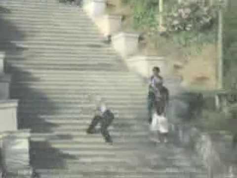 caida graciosa por escaleras
