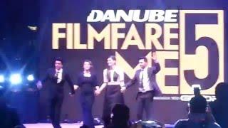 Shah Rukh Khan, Kajol, Varun, Kriti dance to 'Diwale's 'Manma Emotion Jaage' in Dubai