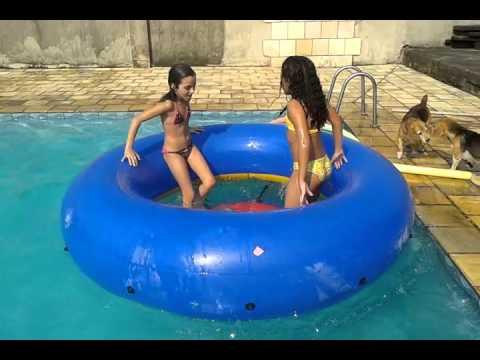 Julia e Gabi tomando um banho gostoso de piscina versão 2016