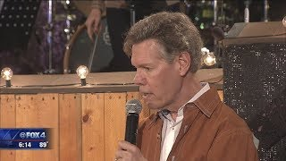 Randy Travis sings nearly four years after stroke