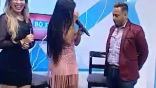 Presentadora dominicana le agarra parte intima a un presentador en pleno programa en vivo.