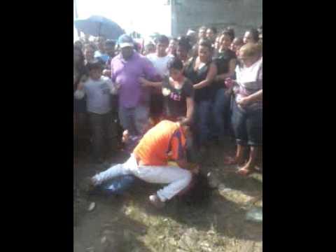 pelea de mujeres Por solamente un pollo cola en venezuela