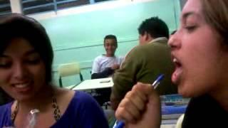 Andrielly e Mayhume cantando, só alegria na escola