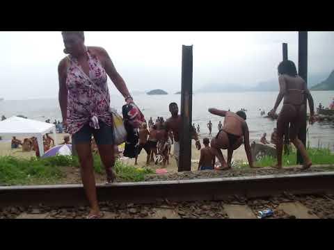 Briga feia entre homens e mulheres no carnaval em Muriqui
