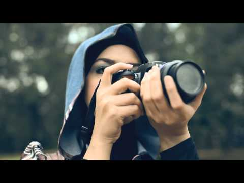 Sesaat Kau Datang by Ramlah Ram feat. SleeQ (Malay Version) starring Afiq Muiz
