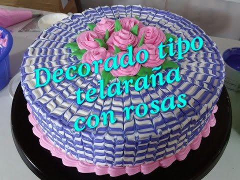 Pastel decorado tipo telaraña con rosas de crema