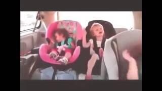 رد فعل طفل على أغنية رقص مع أخواته