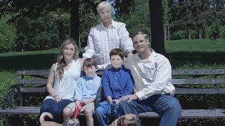 Hele verden ler av familiebildene. Fotografen skylder på dårlig lys