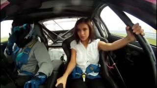 Le chemisier de Manizha Faraday se déboutonne lors d'un drift en Toyota Supra