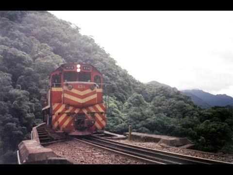 RFFSA Locomotiva G22U passando sobre a ponte na estação Véu de Noiva