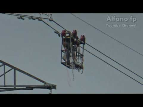 pekerjaan berbahaya,pekerja PLN memasang penyangga kabel SUTET