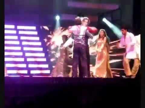 Shahrukh Khan dancing with Katrina Kaif & Kareena Kapoor concert