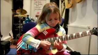 NIÑA de 5 Años Toca Guns N Roses - SORPRENDENTE y GENIAL