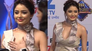Leena Jumani SUFFERS Wardrobe Malfunction! | Zee Rishtey Awards | Kumkum Bhagya