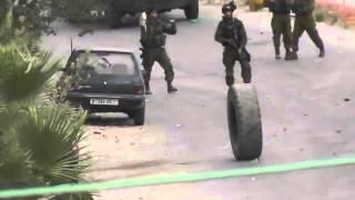 مضحك |  شاهد لحظة سقوط جندي صهيوني اثر تصديه لاطار سيارة في بيت امر وسخرية الشبان منه