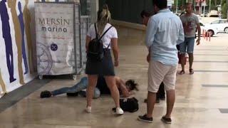 شاب سوري يعمل مقلب السقوط امام الجميع في تركيا 🇹🇷 || ردة فعل بنات الاتراك - مضحك 😂