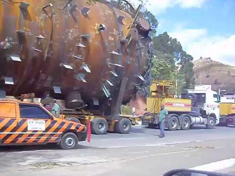 Carretas gigantes trancam Rodovia em Caratinga