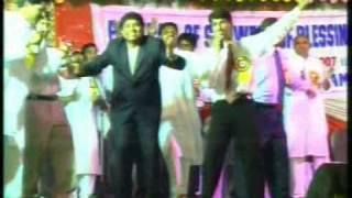 Gopal Masih & Johny Lever in Batala(Pb) Crusade 2006. (Hindi Christian Song)
