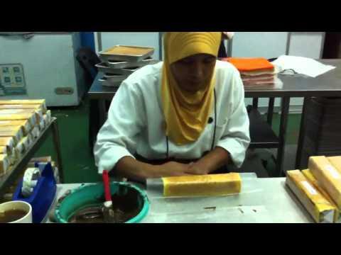 Pembuatan Kek Lapis Sarawak Siti Payung
